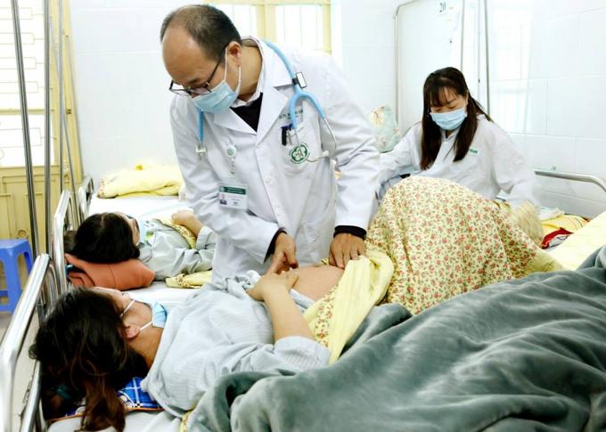PGS.TS Đỗ Duy Cường đang thăm khám cho bệnh nhân sởi. Ảnh: BVCC