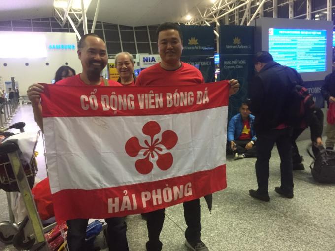 Sân bay quốc tế Nội Bài rực cháy bởi màu áo đỏ và tinh thần nhiệt huyết của các CĐV đến từ khắp các tỉnh thành cả nước.