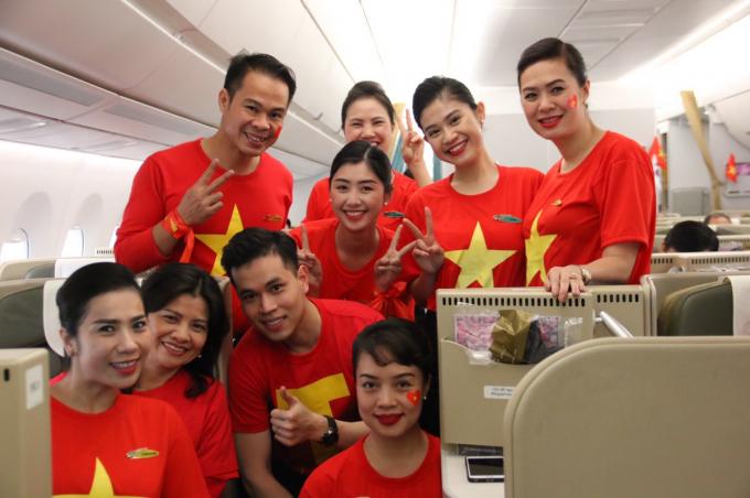 """Các CĐV hào hứng với chuyến bay được khai thác bằng """"siêu máy bay"""" thân rộng Airbus A350 với chất lượng dịch vụ theo tiêu chuẩn quốc tế 4 sao."""