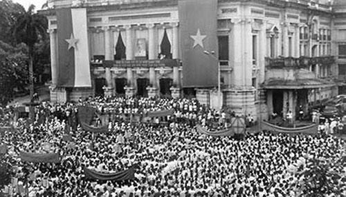 Mít tinh tổng khởi nghĩa ở Quảng trường Nhà hát Lớn Hà Nội 19/8/1945 (Ảnh: Tư liệu).
