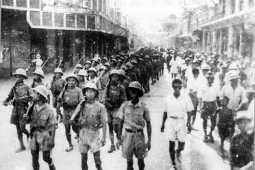 Biểu tình cướp chính quyền ngày 19/8/1945 tại Phủ Khâm sai Bắc Kỳ(Ảnh: Tư liệu).