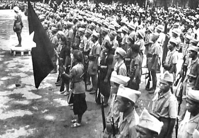Lúc này dưới sự lãnh đạo của xứ ủy Bắc kỳ và Thành uỷ Hà Nội, quần chúng cách mạng đã giương cao lá cờ đỏ sao vàng, chiếm lấy diễn đàn cuộc mít tinh. Cán bộ Việt Minh đã diễn thuyết báo tin cho đồng bào biết quân phiệt Nhật đã đầu hàng và giới thiệu chủ trương đường lối cứu nước của Việt Minh, kêu gọi nhân dân đánh đổ chính quyền bù nhìn thân Nhật(Ảnh: Tư liệu).