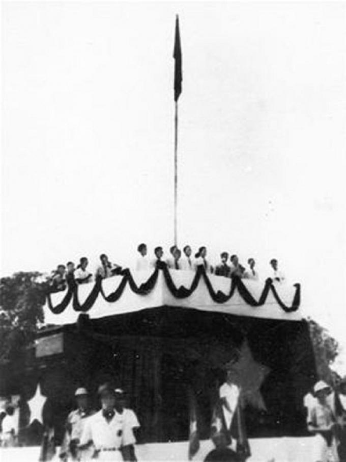 Ngày 2/9/1945 tại Hà Nội, lễ ra mắt của Chủ tịch Hồ Chí Minh và Chính phủ lâm thời có sự chứng kiến của hơn một triệu người dân Hà Nội và nhân dân các tỉnh lân cận. Các biểu ngữ nền đỏ chữ vàng bằng các thứ tiếng Anh, Pháp, Hoa, Việt chăng ngang khắp phố phường với nội dung