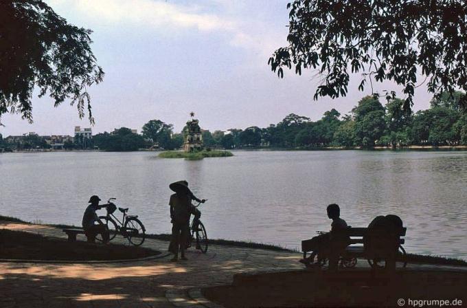 Bờ hồ Hoàn Kiếm.