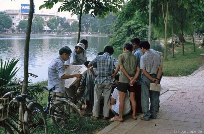 Một hội đánh cờ bên bờ hồ.