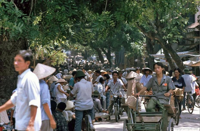 Trên một con phố đông người.