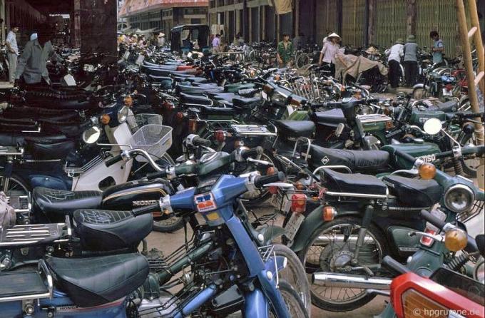 Bãi coi xe chợ Đồng Xuân.
