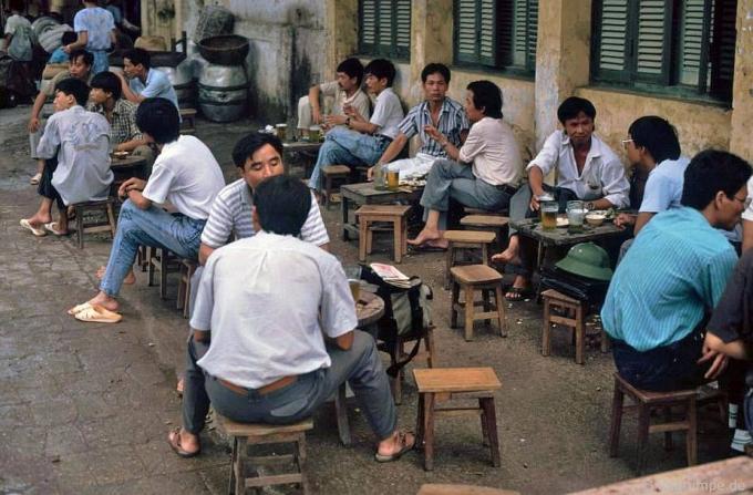 Người ngồi uống bia ở vỉa hè.