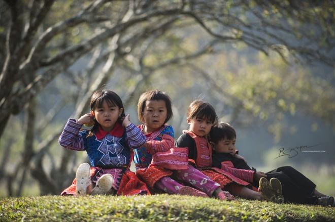 Tết là dịp người H'Mông dành thời gian để nghỉ ngơi, gặp gỡ và trò chuyện. Già trẻ, trai gái đều mặc quần áo mới, thường tụ họp gia đình, bạn bè ở những khoảng đồng, hay sân rộng để giao lưu.