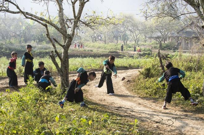 Trẻ em H'Mông được xúng xính quần áo mới, chơi các trò truyền thống như đánh quay, ném pao... Đàn ông tụ tập ăn uống trong khi phụ nữ tổ chức nhảy những điệu truyền thống.