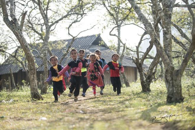 Niềm vui sướng và vẻ đẹp hồn nhiên hiện rõ trên từng khuôn mặt của những đứa trẻ H'Mông ngày Tết.