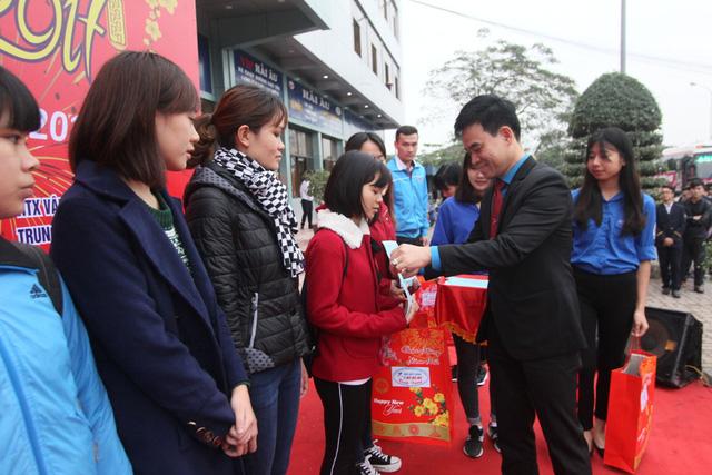 Đại diện các hãng vận tải tặng quà và trao vé xe miễn phí cho các sinh viên.