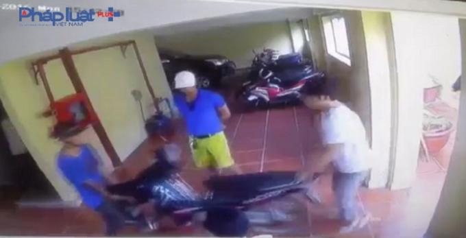 Bốn đối tượng khênh chiếc xe máy từ tầng hầm khách sạn Diệu Linh.