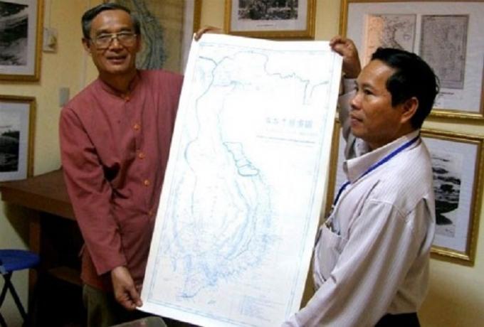 Tiến sĩ Sử học Nguyễn Nhã (bên trái) tặng bản vẽ lại An Nam Đại quốc họa đồ cho UBND huyện Hoàng Sa, TP Đà Nẵng.