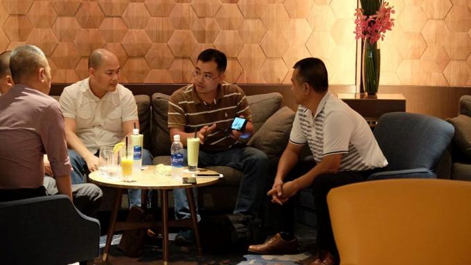 Chiếc điện thoại trong buổi gặp trao đổi được cho là mẫu Bphone 2 sắp ra mắt vào tháng 8 tới