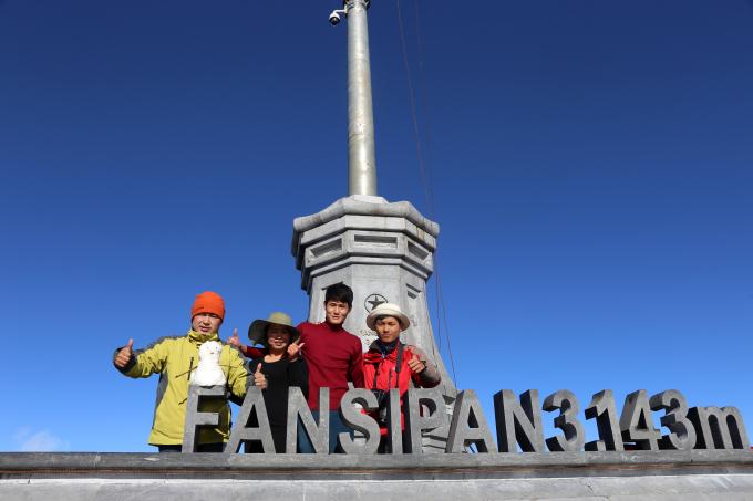 Rất đông du khách thích thú và chụp ảnh lưu niệm trên đỉnh Fansipan.