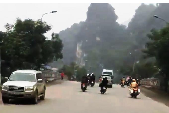 Nhóm thanh niên làm náo loạn đường vào khu du lịch Tràng An, thách thức lực lượng chức năng (ảnh cắt từ clip)