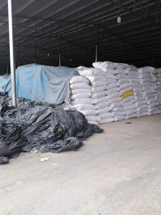 Nhiều ni lông nhựa được chất đống tại trong kho của cơ sở này chờ tái chế, sản xuất.