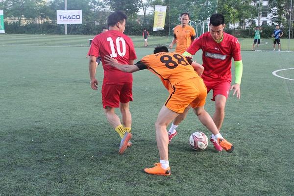Tình huống tranh bóng quyết liệt giữa Đài Tiếng nói Việt Nam 3- 0 Thời báo Ngân hàng.