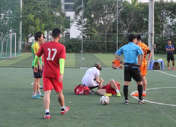 Nhân viên y tế đã phải vào sân để chăm sóc cho các cầu thủ bị chấn thương.