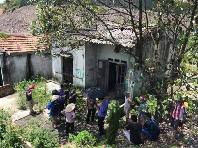 Hiện trường ngôi nhà hoang nơi phát hiện thi thể người đàn ông đang trong tình trạng phân hủy.