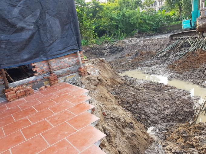 Công ty TNHH Hồng Trường ngang nhiên thi công hạng mục ao 6 trong dự án đường liên thôn thuộc xã Phù Đổng bất chấp tính mạng và tài sản của người dân.