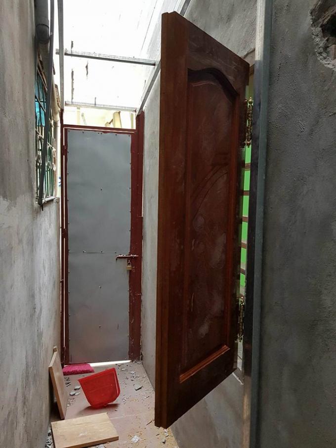 Lợi dụng lúc gia đình ông Đỗ Việt Hồng đi vắng hộ liền kề là gia đình ông Lê Xuân Hồng ngang nhiên trổ cửa sổ sang phần dện tích của gia đình.