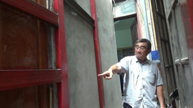 Lo sợ về sự an toàn về tài sản nên gia đình, ông Đỗ Việt Hồng đã mua sắt và thuê thợ hàn bịt lại phần của hộ liền kề đã trổ sang phần diện tích của nhà mình.