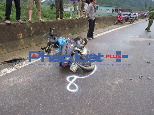 Chiếc xe máy do anh Giàng A Phóng điều khiển bị xe biển xanh của tông trực diện làm anh Phóng tử vong tại bệnh viện đa khoa Thảo Nguyên.