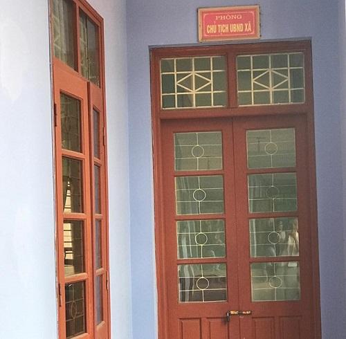Phòng chủ tịch UBND xã cửa đóng then cài.