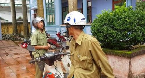 Nhiều người dân tại xã Hà Thượng đến liên hệ giải quyết công việc và xin dấu đều phải ra về vì không có cán bộ tại UBND xã.
