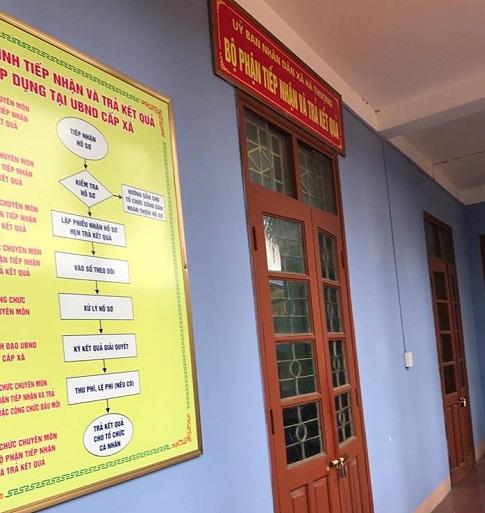 Cả hai cửa của bộ phận tiếp nhận và trả kết quả của UBND xã Hà Thượng đều khóa cửa.