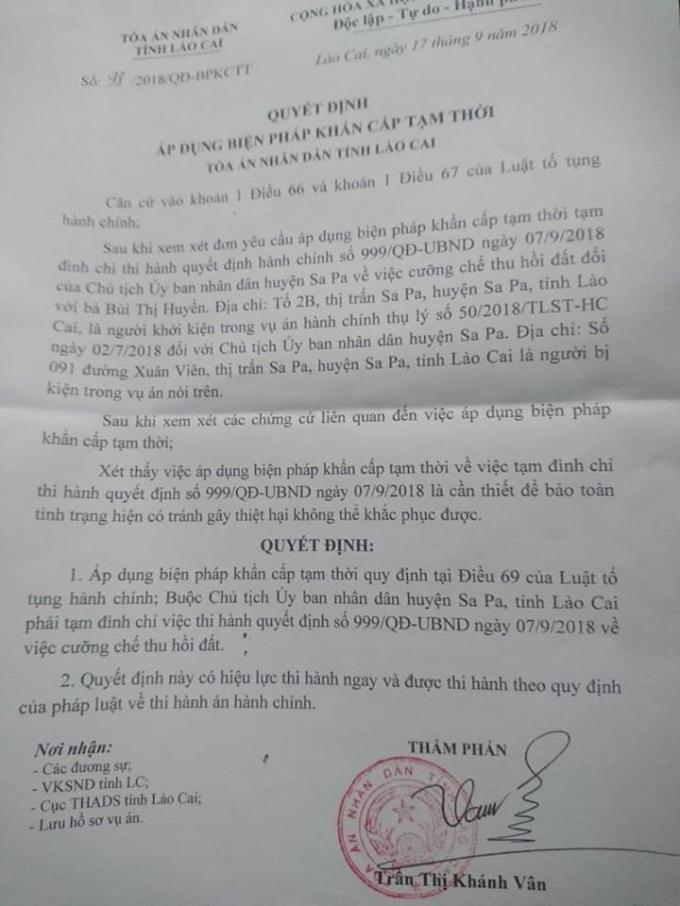 Quyết định áp dụng biện pháp khẩn cấp tạm thời của Tòa án nhân dân tỉnh Lào Cai đối với quyết định hành chính của Chủ tịch UBND huện Sa Pa trong việc cưỡng chế thu hồi đất đối với bà Bùi Thị Huyền.