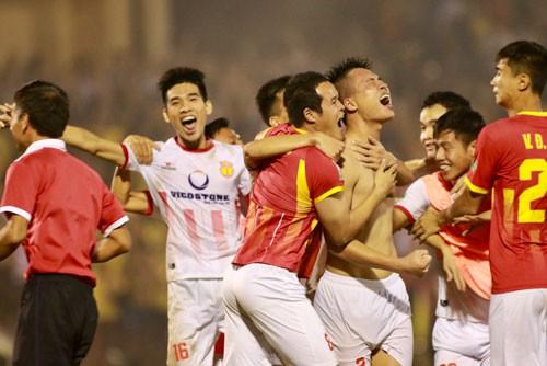 Đinh Viết Tú (cởi trần) sau cú sút 11 m quyết định giúp Nam Định trụ lại V-League.
