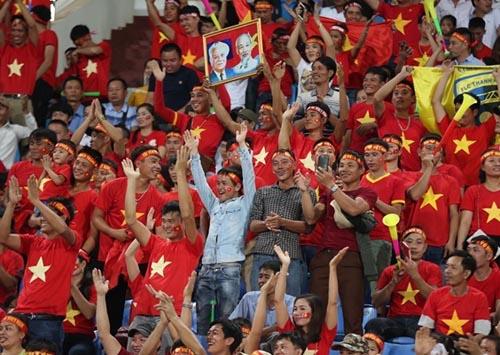 Số lượng rất lớn CĐV Việt Nam tới SVĐQG Lào cổ vũ cho thầy trò Park Hang-Seo.