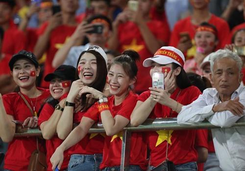 Nụ cười mãn nguyện của cổ động viên khi đội tuyển Việt Nam giành chiến thắng 3 sao trước đội tuyển Lào.