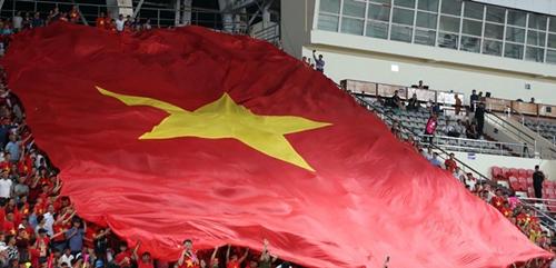Đại kỳ cũng được CĐV mang tới SVĐQG Lào.