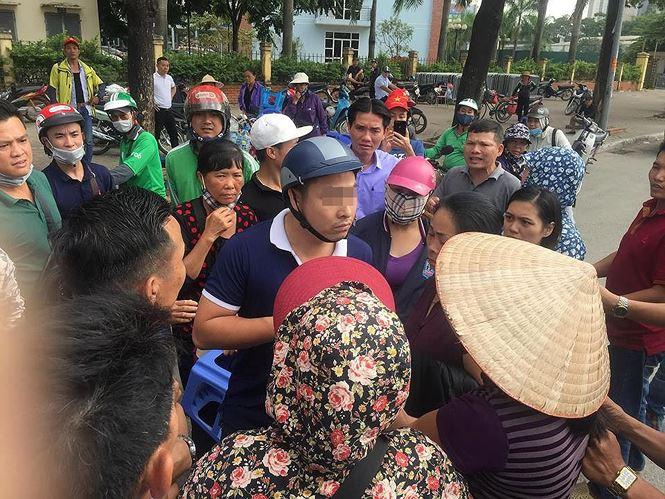 Cảnh sát hình sự bắt quả tang phe vé ở sân Mỹ Đình vào ngày 5/12.