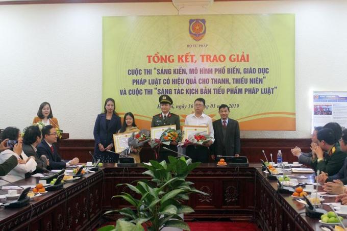Bộ Tư pháp trao giải hai cuộc thi về phổ biến pháp luật