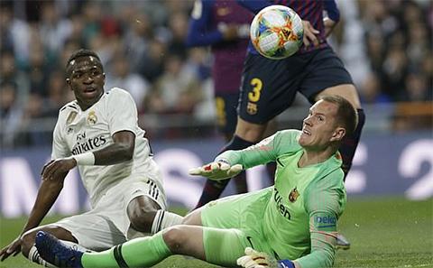 Các cầu thủ Real Madrid bỏ lỡ rất nhiều cơ hội ghi bàn trong hiệp 1.