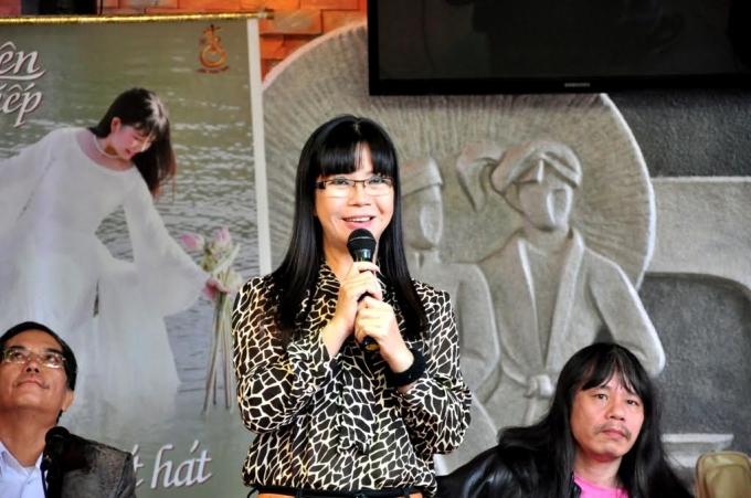 Ca sĩ Ánh Tuyết trong một lần hát tặng khán giả tại một quán cà phê ở Đà Nẵng.