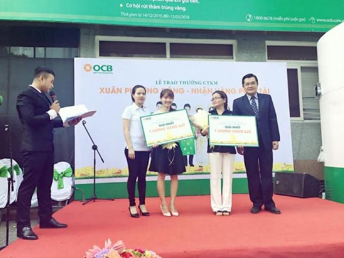 """Khách hàng OCB nhận thưởng chương trình """"Xuân Phương Đông – Nhận vàng phát tài""""."""