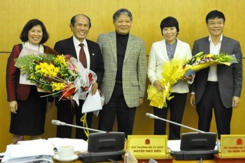 Thứ trưởng Lê Thành Long (người ngoài cùng bên phải) nhận nhiệm vụ tại Hà Tĩnh.