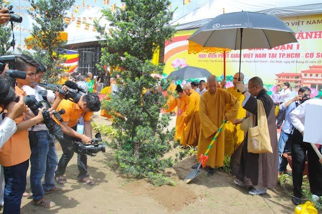 Chư tôn đức giáo phẩm cùng Lãnh đạo Đảng, Nhà nước đã trồng cây lưu niệm.