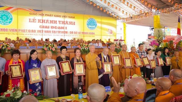Hòa thượng viện trưởng thay mặt cho Học viện đã trao nhiều bảng vàng và bằng tuyên công đức cho các tập thể và cá nhân đã chung tay hỹ cúng xây dựng Học viện.
