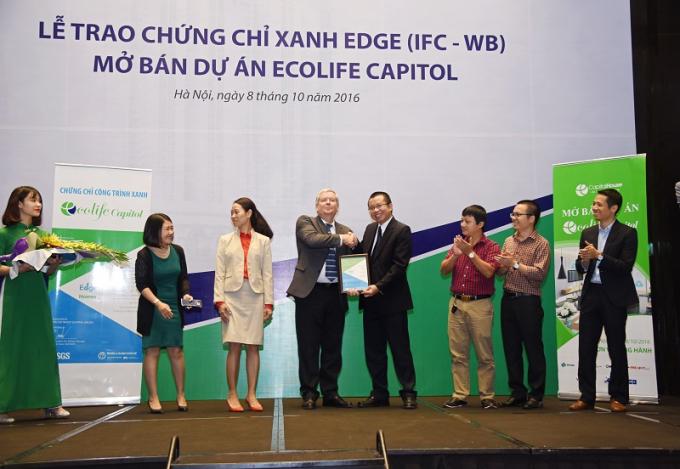 Mr Paul E. Christensen – Chuyên gia Cao cấp của IFC trao chứng chỉ xanh EDGE dự án EcoLife Capitol cho chủ đầu tư Capital House.