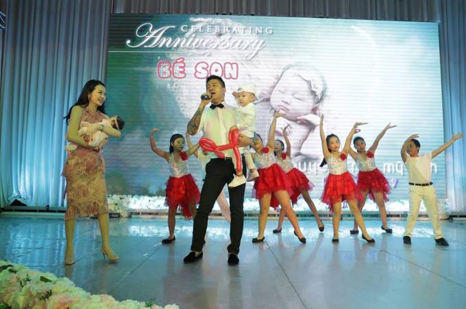 Tuấn Hưng hát mừng đầy tháng con gái Tuấn Hưng cùng vợ con hát ca khúc