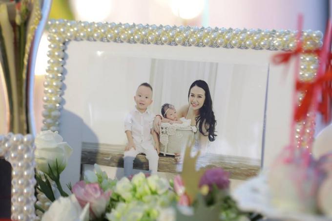 Bé Son bên anh trai Su Hào và mẹHương Baby.