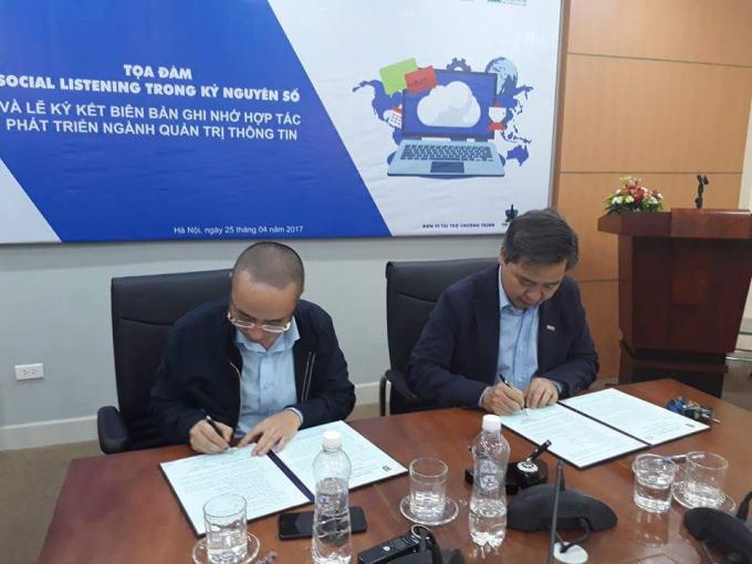 GS.TS Phạm Quang Minh, Hiệu trưởng USSH và ông Nguyễn Phan Huy Khôi, Chủ tịch Bảo Ninh Investment kí kết chương trình hợp tác phát triển ngành Quản trị thông tin.