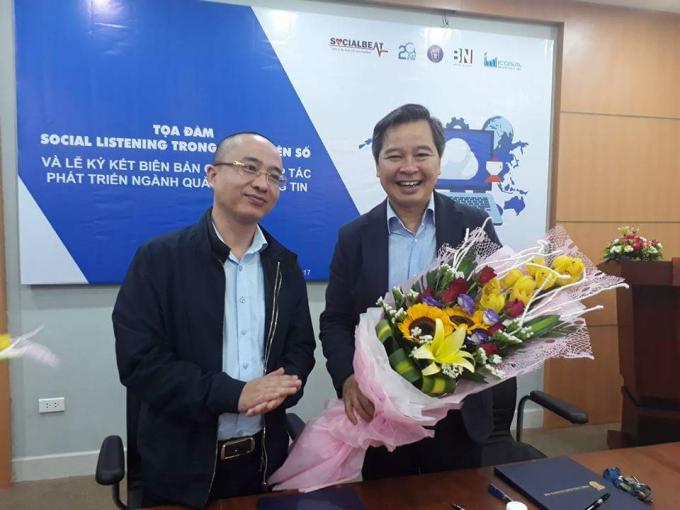 GS.TS Phạm Quang Minh nhận hoa chúc mừng của lãnh đạo Bảo NinhInvestment.